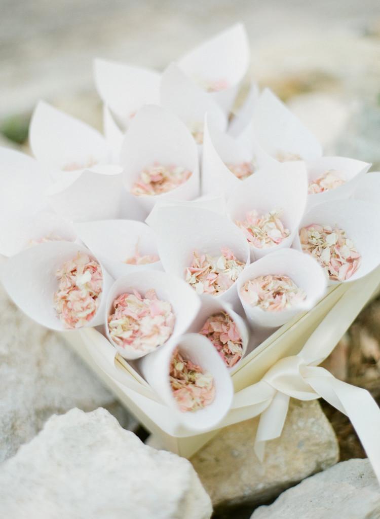 greg finck_pétalas_cerimônia_blog_casamento em buzios