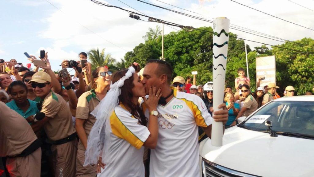 Pedido de casamento no revezamento da tocha Olímpica_foto2